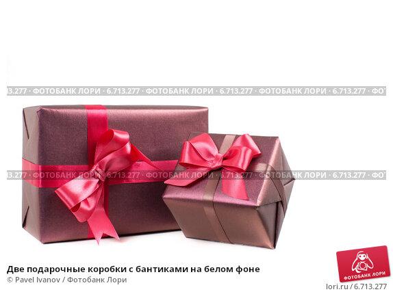 Купить «Две подарочные коробки с бантиками на белом фоне», фото № 6713277, снято 23 октября 2014 г. (c) Pavel Ivanov / Фотобанк Лори