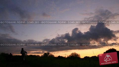 Купить «Двое людей едут на велосипедах поздним вечером», видеоролик № 3545261, снято 30 октября 2009 г. (c) Losevsky Pavel / Фотобанк Лори