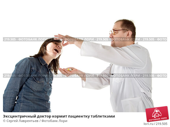 Эксцентричный доктор кормит пациентку таблетками, фото № 219505, снято 1 марта 2008 г. (c) Сергей Лаврентьев / Фотобанк Лори