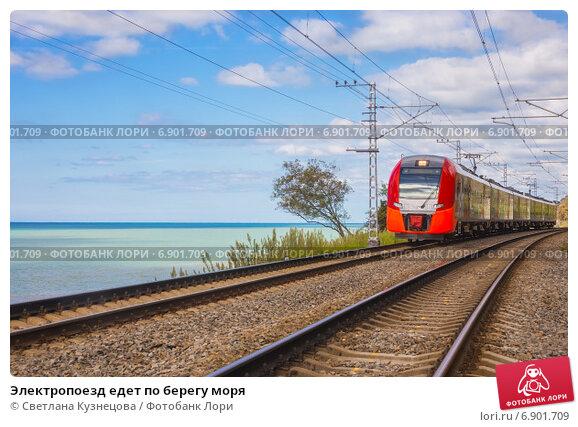Купить «Электропоезд едет по берегу моря», фото № 6901709, снято 21 июня 2019 г. (c) Светлана Кузнецова / Фотобанк Лори