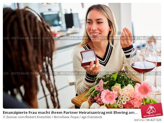 Emanzipierte Frau macht ihrem Partner Heiratsantrag mit Ehering am... Стоковое фото, фотограф Zoonar.com/Robert Kneschke / age Fotostock / Фотобанк Лори