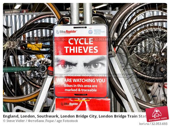 England, London, Southwark, London Bridge City, London Bridge Train Station, Bicycle Parking Station, Cycle Thieves Warning Sign. Стоковое фото, фотограф Steve Vidler / age Fotostock / Фотобанк Лори