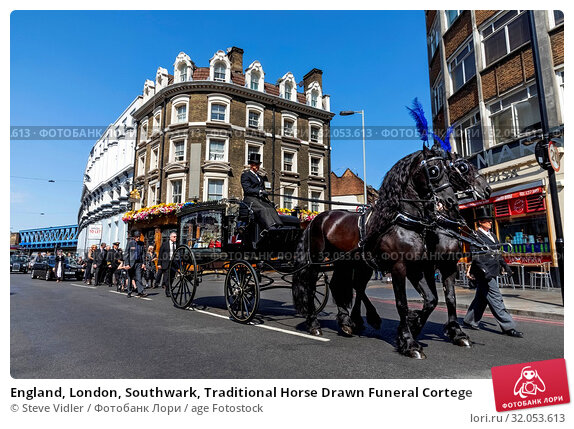 England, London, Southwark, Traditional Horse Drawn Funeral Cortege. Стоковое фото, фотограф Steve Vidler / age Fotostock / Фотобанк Лори