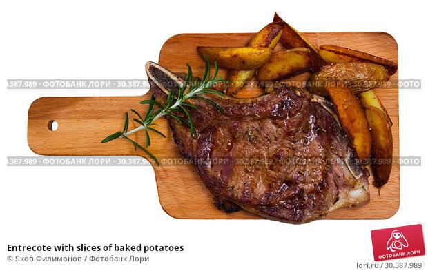 Купить «Entrecote with slices of baked potatoes», фото № 30387989, снято 22 апреля 2019 г. (c) Яков Филимонов / Фотобанк Лори