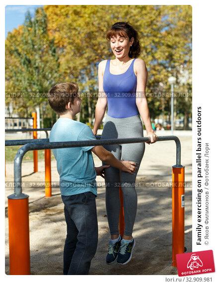 Family exercising on parallel bars outdoors. Стоковое фото, фотограф Яков Филимонов / Фотобанк Лори