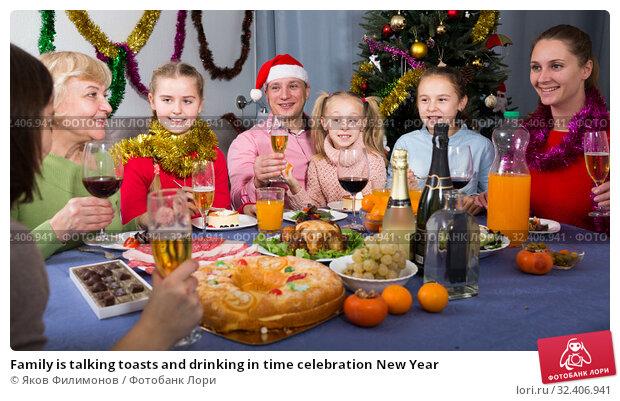 Купить «Family is talking toasts and drinking in time celebration New Year», фото № 32406941, снято 28 декабря 2017 г. (c) Яков Филимонов / Фотобанк Лори