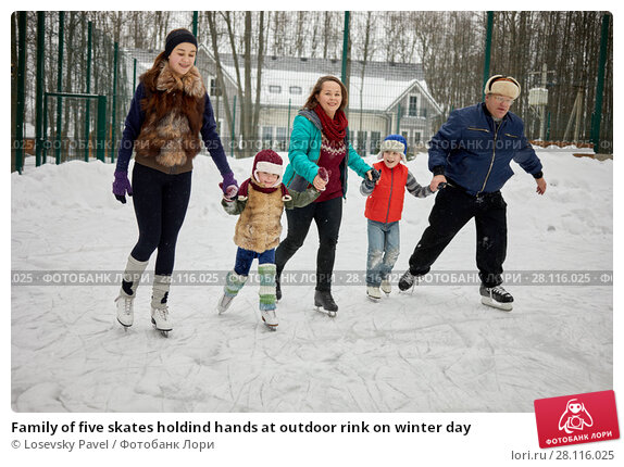 Купить «Family of five skates holdind hands at outdoor rink on winter day», фото № 28116025, снято 4 февраля 2017 г. (c) Losevsky Pavel / Фотобанк Лори