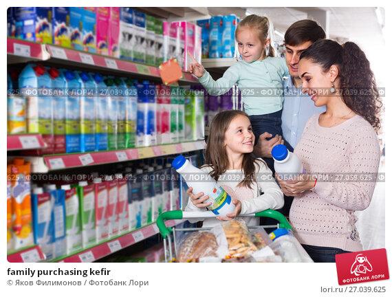 Купить «family purchasing kefir», фото № 27039625, снято 24 февраля 2019 г. (c) Яков Филимонов / Фотобанк Лори
