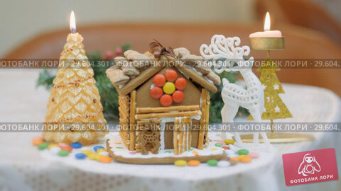 Купить «Family traditions. Decoration gingerbread house. Preparing for the holiday of Christmas», видеоролик № 29604301, снято 18 апреля 2019 г. (c) Константин Мерцалов / Фотобанк Лори