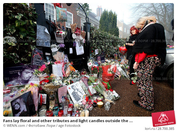 Купить «Fans lay floral and other tributes and light candles outside the home of singer George Michael in memory of the popular performer. His Range Rover has...», фото № 28700385, снято 28 декабря 2016 г. (c) age Fotostock / Фотобанк Лори