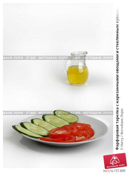 Фарфоровая тарелка с нарезанными овощами и стеклянным кувшинчиком с оливковым маслом, фото № 57805, снято 26 мая 2006 г. (c) Harry / Фотобанк Лори