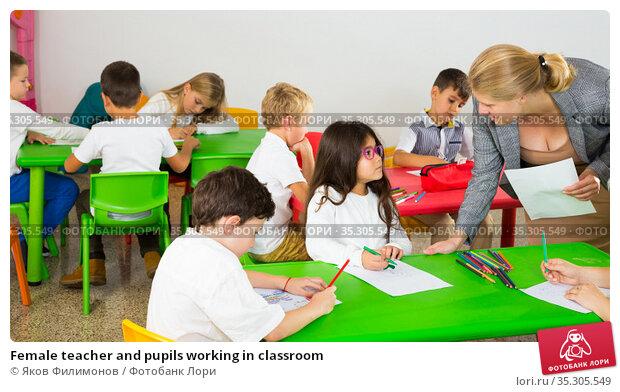 Female teacher and pupils working in classroom. Стоковое фото, фотограф Яков Филимонов / Фотобанк Лори