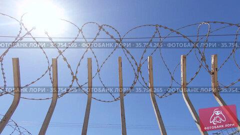 Fence with barbed wire. Стоковое видео, видеограф Потийко Сергей / Фотобанк Лори