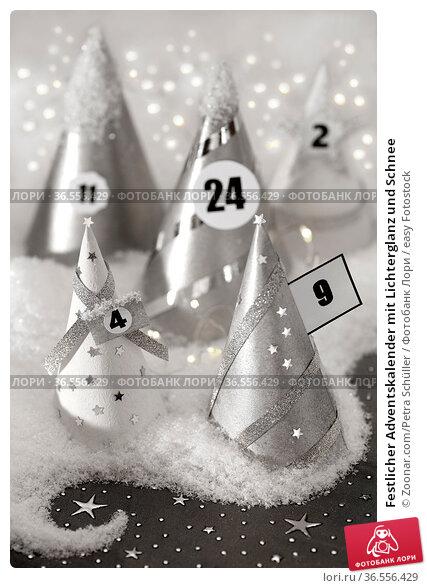 Festlicher Adventskalender mit Lichterglanz und Schnee. Стоковое фото, фотограф Zoonar.com/Petra Schüller / easy Fotostock / Фотобанк Лори