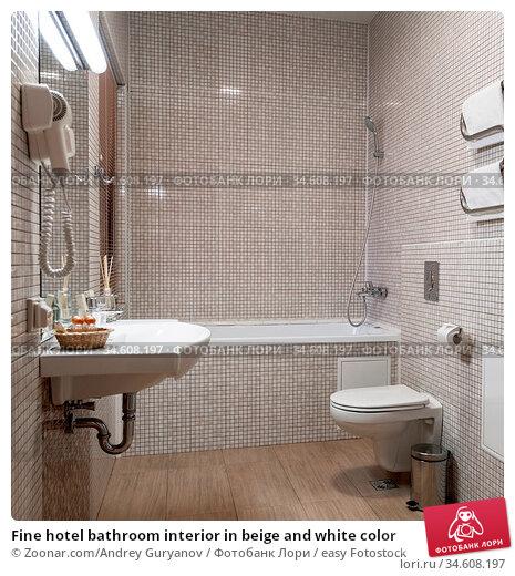 Fine hotel bathroom interior in beige and white color. Стоковое фото, фотограф Zoonar.com/Andrey Guryanov / easy Fotostock / Фотобанк Лори