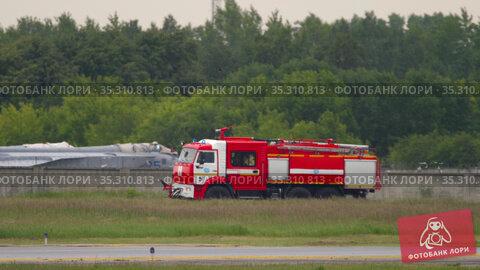 Fire truck at the airport. Редакционное видео, видеограф Игорь Жоров / Фотобанк Лори