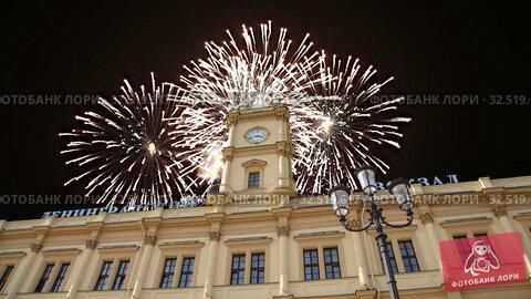 Купить «Fireworks over the historic building of the Leningradsky railway station-- is one of the nine main railway stations of Moscow, Russia», видеоролик № 32519617, снято 24 ноября 2019 г. (c) Владимир Журавлев / Фотобанк Лори