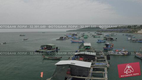 Купить «Fishing boats and fisherman houses on the water in Vietnam», видеоролик № 32391649, снято 4 ноября 2019 г. (c) Aleksejs Bergmanis / Фотобанк Лори