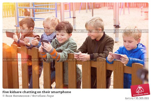 Five kidsare chatting on their smartphone. Стоковое фото, фотограф Яков Филимонов / Фотобанк Лори