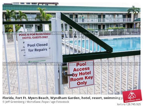 Купить «Florida, Fort Ft. Myers Beach, Wyndham Garden, hotel, resort, swimming pool closed repairs, restricted acces, fence,», фото № 28745925, снято 24 сентября 2017 г. (c) age Fotostock / Фотобанк Лори