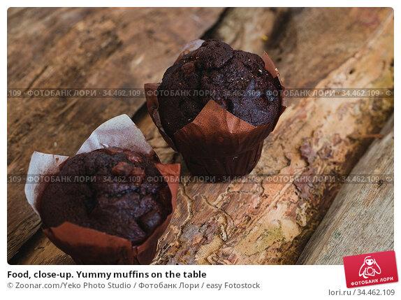 Food, close-up. Yummy muffins on the table. Стоковое фото, фотограф Zoonar.com/Yeko Photo Studio / easy Fotostock / Фотобанк Лори