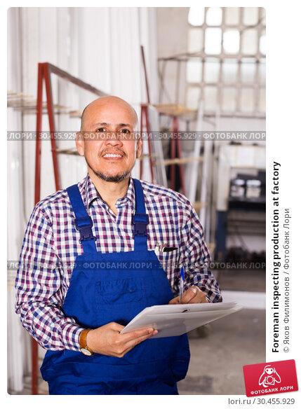 Foreman inspecting production at factory. Стоковое фото, фотограф Яков Филимонов / Фотобанк Лори