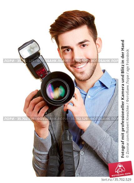 Fotograf mit professioneller Kamera und Blitz in der Hand. Стоковое фото, фотограф Zoonar.com/Robert Kneschke / age Fotostock / Фотобанк Лори