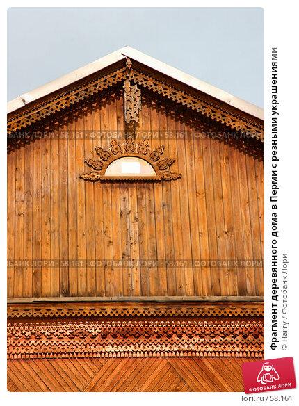 Фрагмент деревянного дома в Перми с резными украшениями, фото № 58161, снято 31 мая 2005 г. (c) Harry / Фотобанк Лори