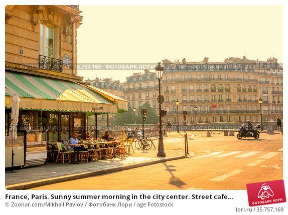 France, Paris. Sunny summer morning in the city center. Street cafe... Стоковое фото, фотограф Zoonar.com/Mikhail Pavlov / age Fotostock / Фотобанк Лори