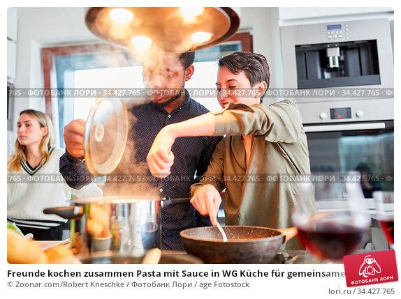 Freunde kochen zusammen Pasta mit Sauce in WG Küche für gemeinsame... Стоковое фото, фотограф Zoonar.com/Robert Kneschke / age Fotostock / Фотобанк Лори