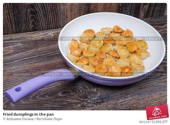 Купить «Fried dumplings in the pan», фото № 12810277, снято 26 сентября 2015 г. (c) Алёшина Оксана / Фотобанк Лори