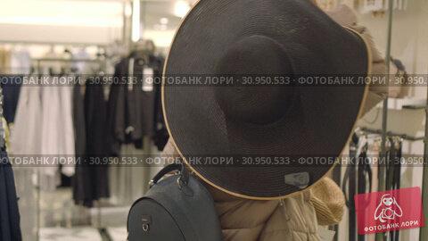 Купить «friends are preparing for summer vacation in the winter, try on hats in a store», видеоролик № 30950533, снято 11 июня 2019 г. (c) Ирина Мойсеева / Фотобанк Лори