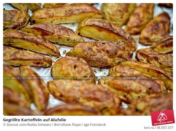 Gegrillte Kartoffeln auf Alufolie. Стоковое фото, фотограф Zoonar.com/Nailia Schwarz / age Fotostock / Фотобанк Лори