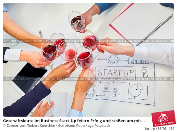 Geschäftsleute im Business Start-Up feiern Erfolg und stoßen am mit... Стоковое фото, фотограф Zoonar.com/Robert Kneschke / age Fotostock / Фотобанк Лори