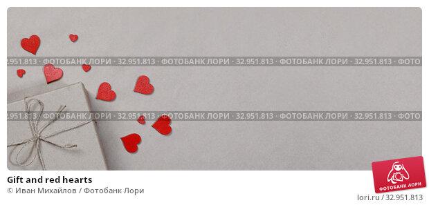 Gift and red hearts. Стоковое фото, фотограф Иван Михайлов / Фотобанк Лори