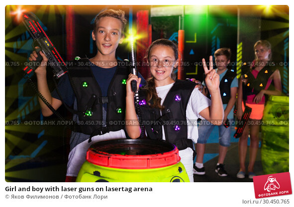 Girl and boy with laser guns on lasertag arena. Стоковое фото, фотограф Яков Филимонов / Фотобанк Лори