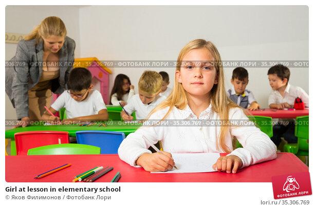 Girl at lesson in elementary school. Стоковое фото, фотограф Яков Филимонов / Фотобанк Лори