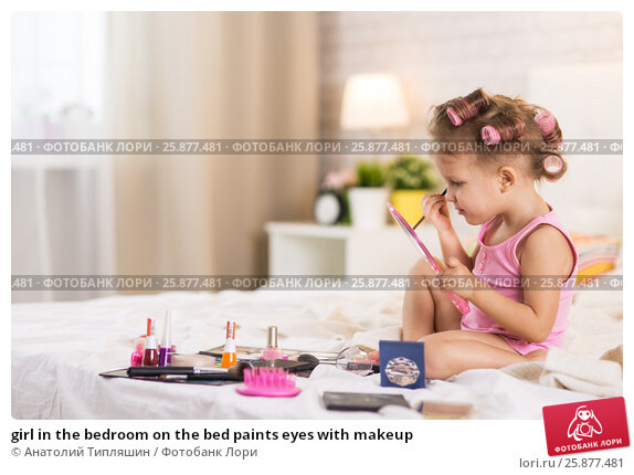 girl in the bedroom on the bed paints eyes with makeup, фото № 25877481, снято 30 марта 2017 г. (c) Анатолий Типляшин / Фотобанк Лори
