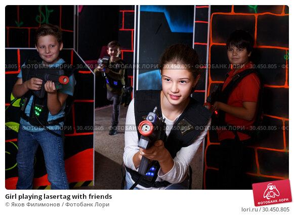 Girl playing lasertag with friends. Стоковое фото, фотограф Яков Филимонов / Фотобанк Лори