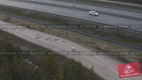 Купить «girl rides a bicycle on the expressway», видеоролик № 32017141, снято 5 июня 2019 г. (c) Aleksandr Sulimov / Фотобанк Лори