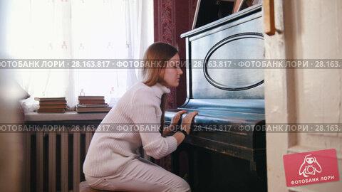 Купить «Girl teen closed the lid of the piano», видеоролик № 28163817, снято 18 марта 2018 г. (c) Константин Шишкин / Фотобанк Лори