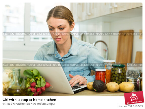 Girl with laptop at home kitchen. Стоковое фото, фотограф Яков Филимонов / Фотобанк Лори
