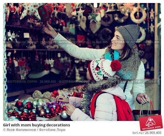 Girl with mom buying decorations, фото № 26969405, снято 19 октября 2017 г. (c) Яков Филимонов / Фотобанк Лори