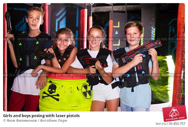 Girls and boys posing with laser pistols. Стоковое фото, фотограф Яков Филимонов / Фотобанк Лори