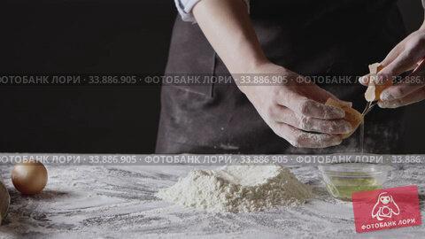 Купить «Girl's hands separete the yolk from white and put into flour. Process preparing of homemade pastry. Slow motion, Full HD video, 240fps, 1080p.», видеоролик № 33886905, снято 3 июля 2020 г. (c) Ярослав Данильченко / Фотобанк Лори