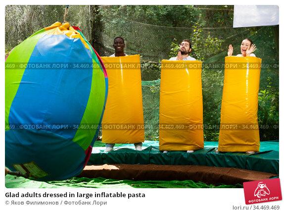 Glad adults dressed in large inflatable pasta. Стоковое фото, фотограф Яков Филимонов / Фотобанк Лори