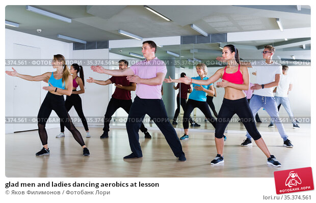 glad men and ladies dancing aerobics at lesson. Стоковое фото, фотограф Яков Филимонов / Фотобанк Лори