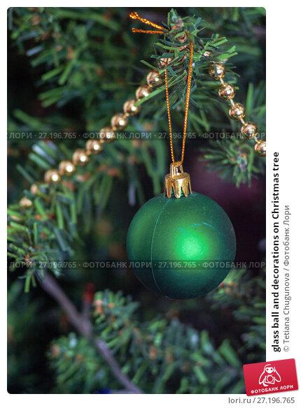 Купить «glass ball and decorations on Christmas tree», фото № 27196765, снято 13 мая 2017 г. (c) Tetiana Chugunova / Фотобанк Лори