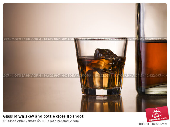 Glass of whiskey and bottle close up shoot. Стоковое фото, фотограф Dusan Zidar / PantherMedia / Фотобанк Лори