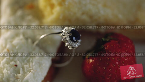 Gold Wedding Rings macro closeupin a cake with coconut and strawberries diamon Jewellery. Стоковое видео, видеограф Aleksejs Bergmanis / Фотобанк Лори